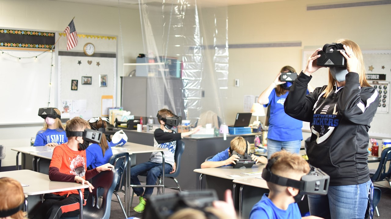 third graders use the VR goggles
