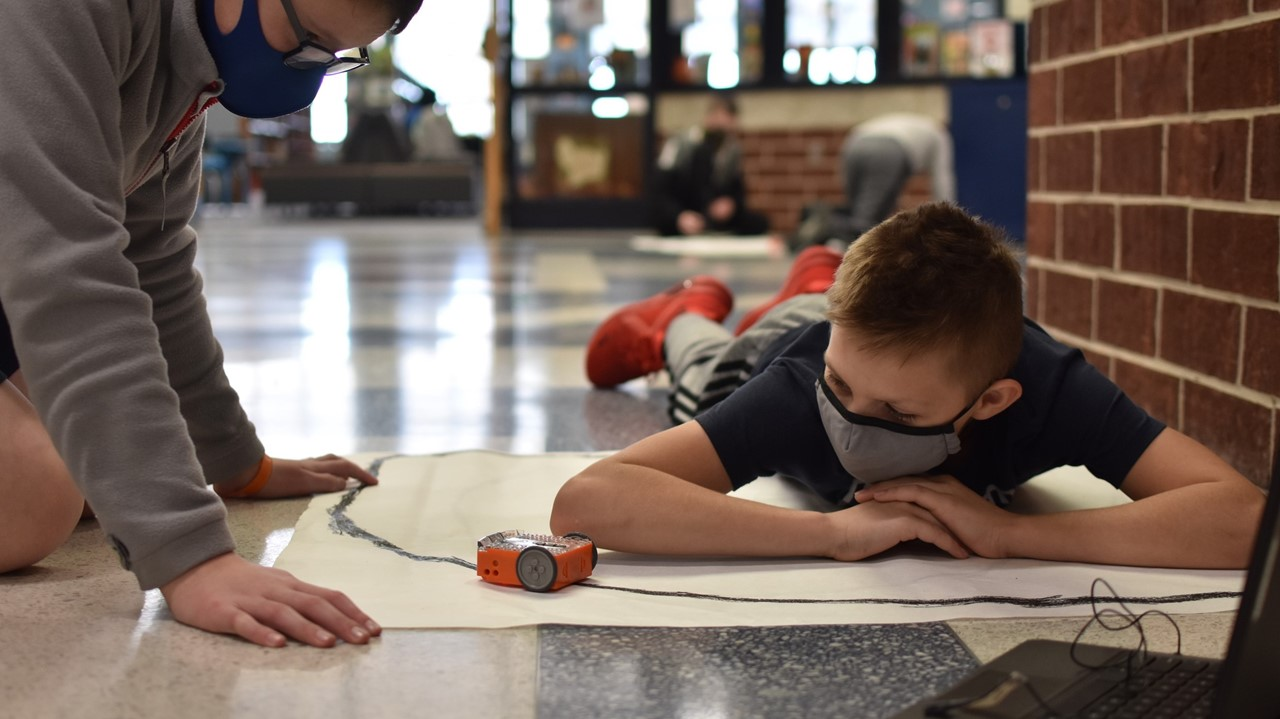 middle school students programming robots